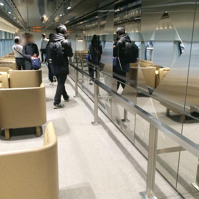 12号車 アーティスト・小牟田悠介氏が制作した鏡面ステンレスの空間